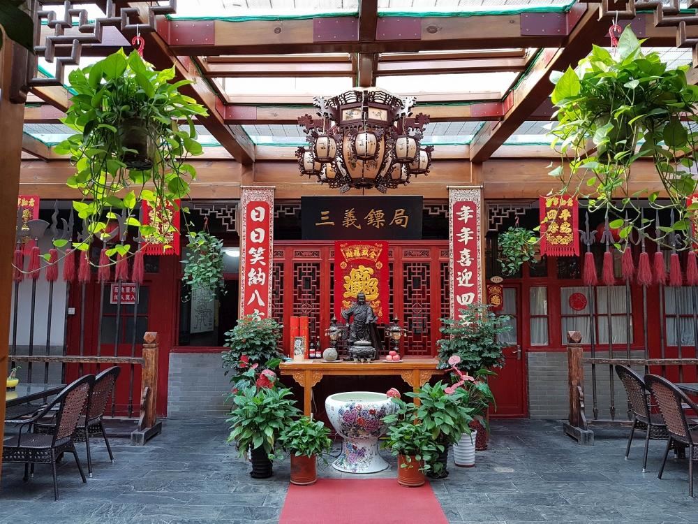 Hausaltar im Qianmen Courtyard Hotel in Beijing / China