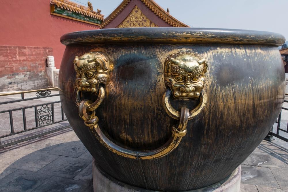 Urne an der Halle der Höchsten Harmonie in der Verbotenen Stadt in Beijing / China