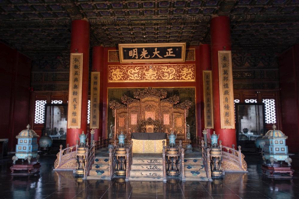 Thron in der Halle der Einheit in der Verbotenen Stadt in Beijing / China