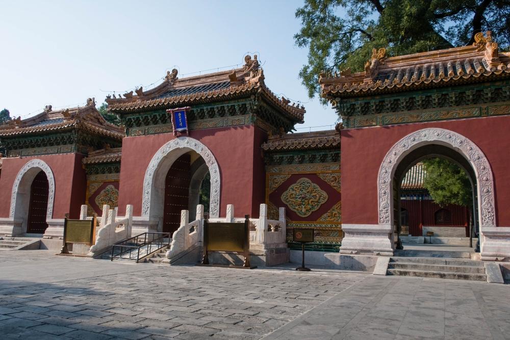 Tempel am Nordufer des Bei Hai Parks in Beijing / China