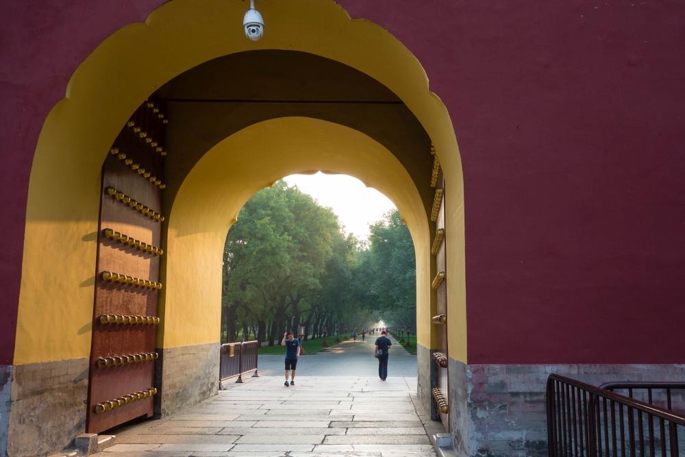 Westeingang zum Tian Tan Park in Beijing / China