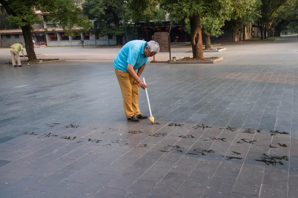 Kalligraph im Tian Tan Park in Beijing / China
