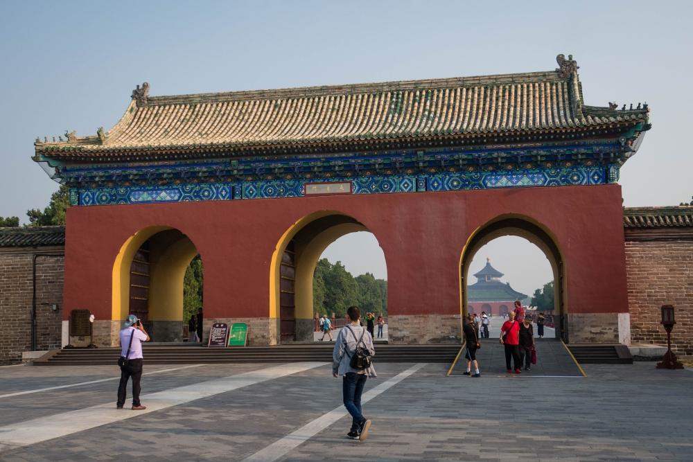 Weg zur Halle des Erntegebets im Tian Tan in Beijing / China