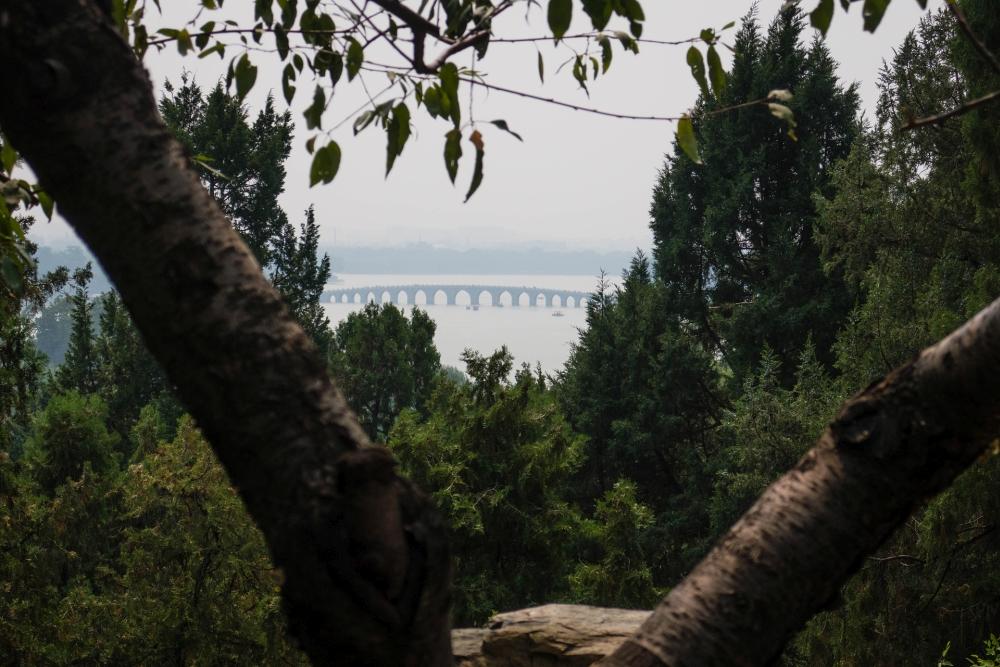 Blick auf die 17-Bogen-Brücke im Sommerpalast in Beijing / China