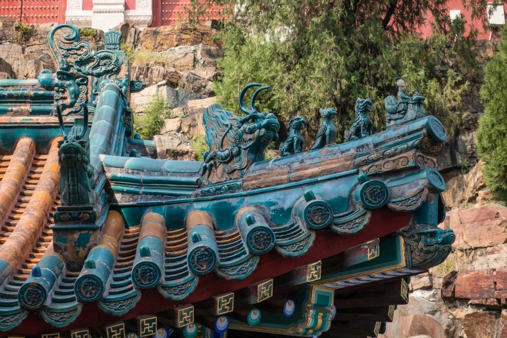 Dachsimse auf dem Berg der Langlebigkeit im Sommerpalast in Beijing / China