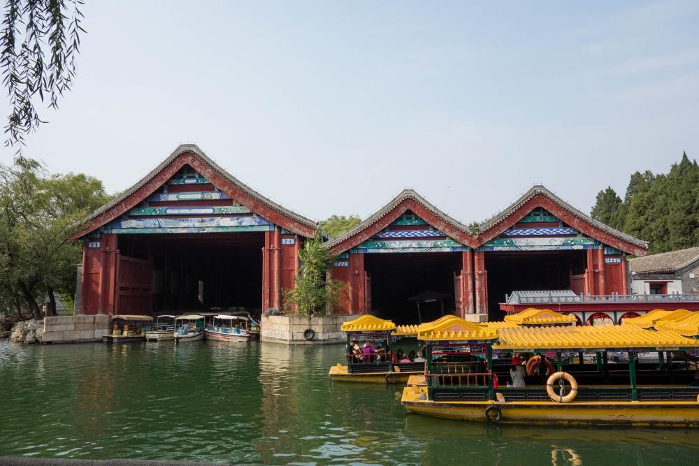 Kaiserliche Bootshäuser am Sommerpalast in Beijing / China