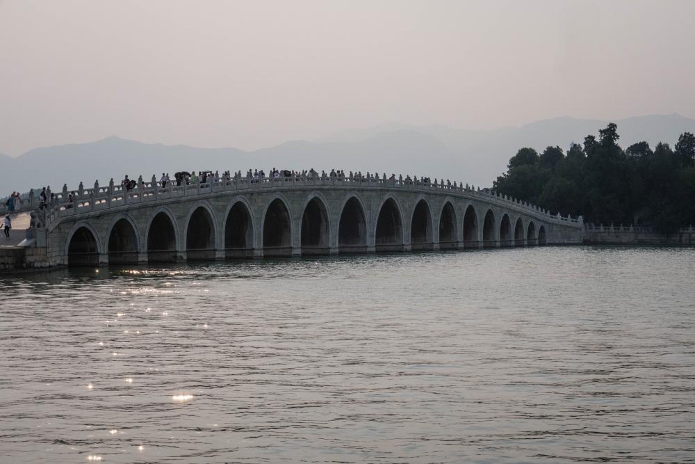 17-Bogen-Brücke am Sommerpalast in Beijing / China