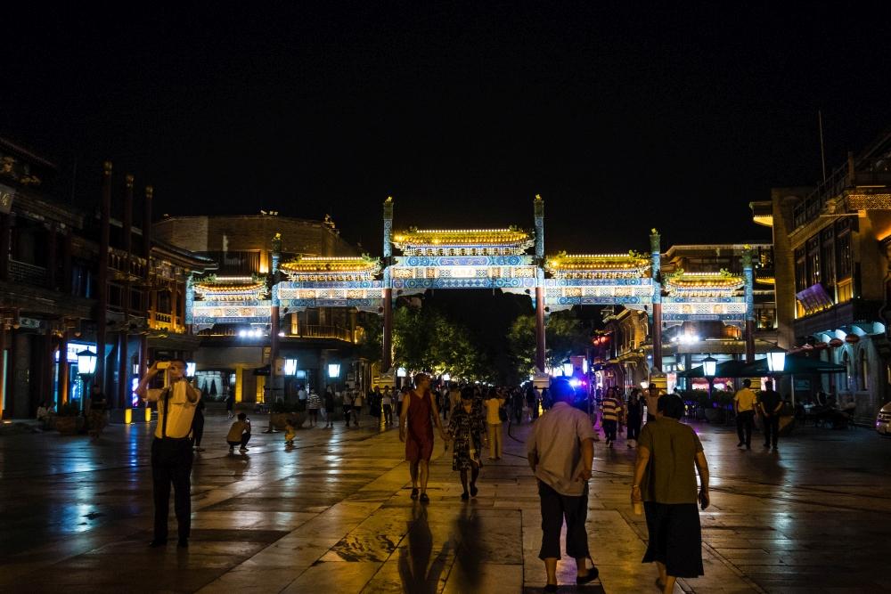 Schmucktor auf der Qian Men Street in Beijing / China