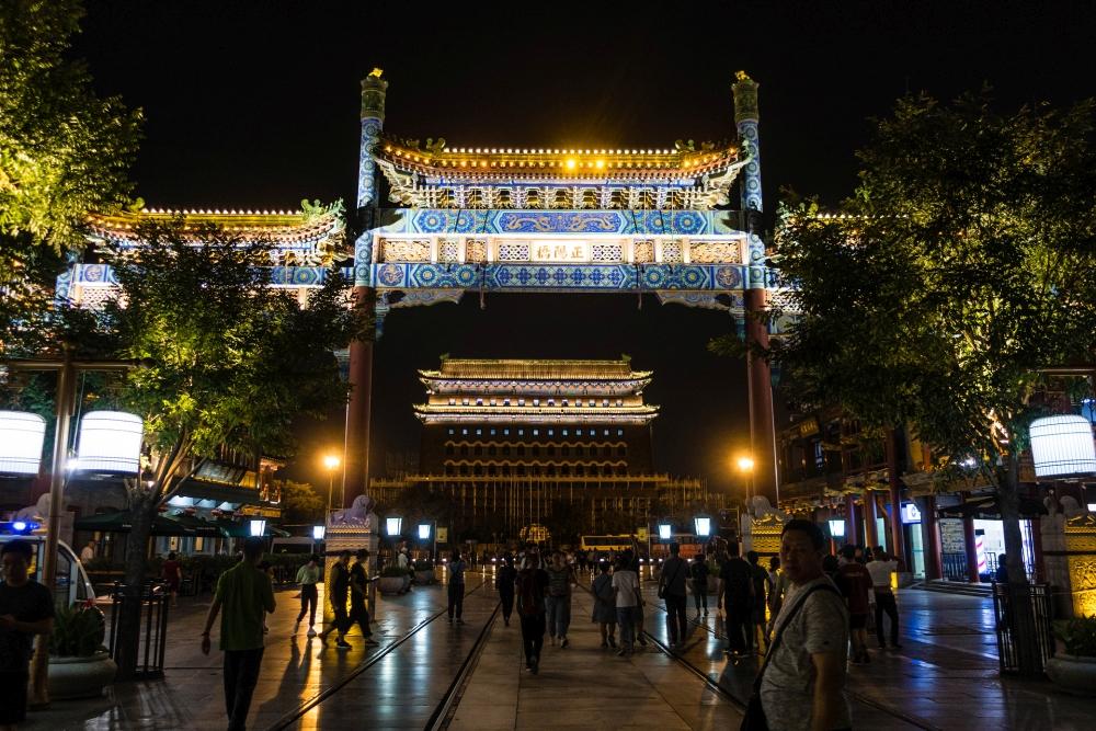 Schmucktor und Pfeilturm auf der Qian Men Street in Beijing / China