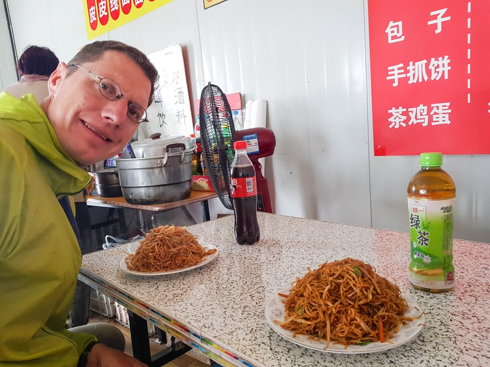 Essen an den Longmen-Grotten bei Luoyang / Henan / China