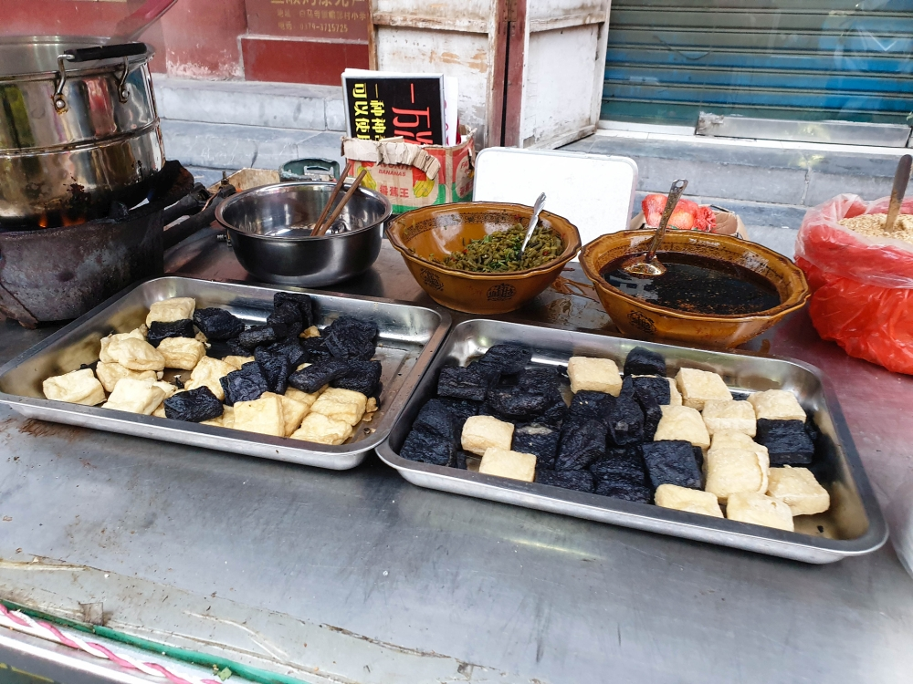 Essensstand in der Xi Dajie in Luoyangs Altstadt / Henan / China