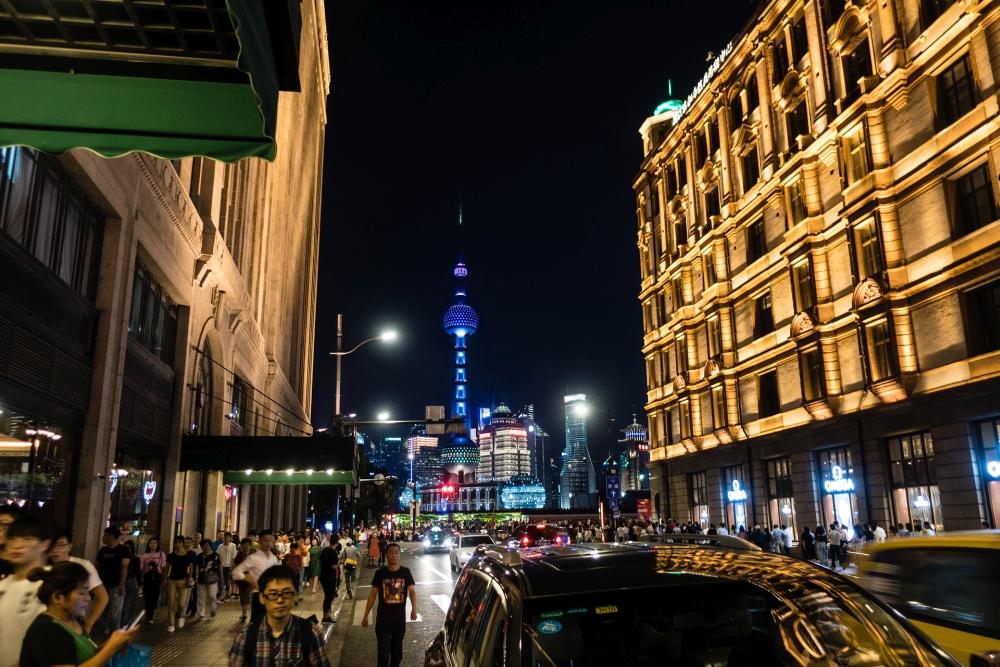 nächtliche Skyline von Pudong in Shanghai / China