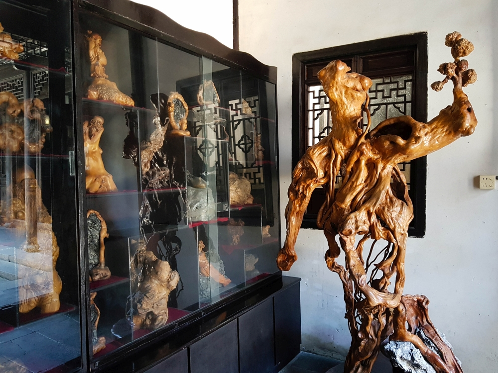 Skulpturen in der Gengle Tang in der Altstadt von Tongli / Jiangsu / China
