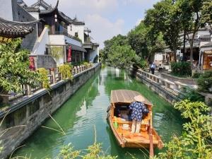 Gondoliere auf dem Alten Kanal der Pingjiang Lu in Suzhou / Jiangsu / China