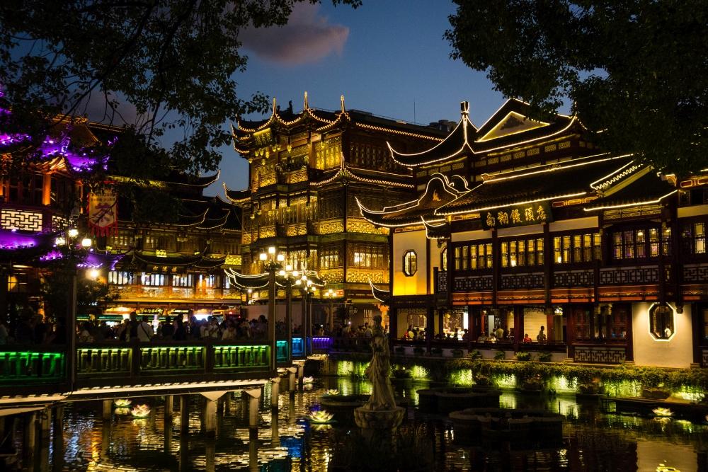 Huxinting Teahouse im Yu Basar bei Nacht in Shanghai / China