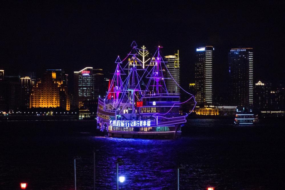Blick vom Bund bei Nacht auf Pudongs Skyline / Shanghai / China