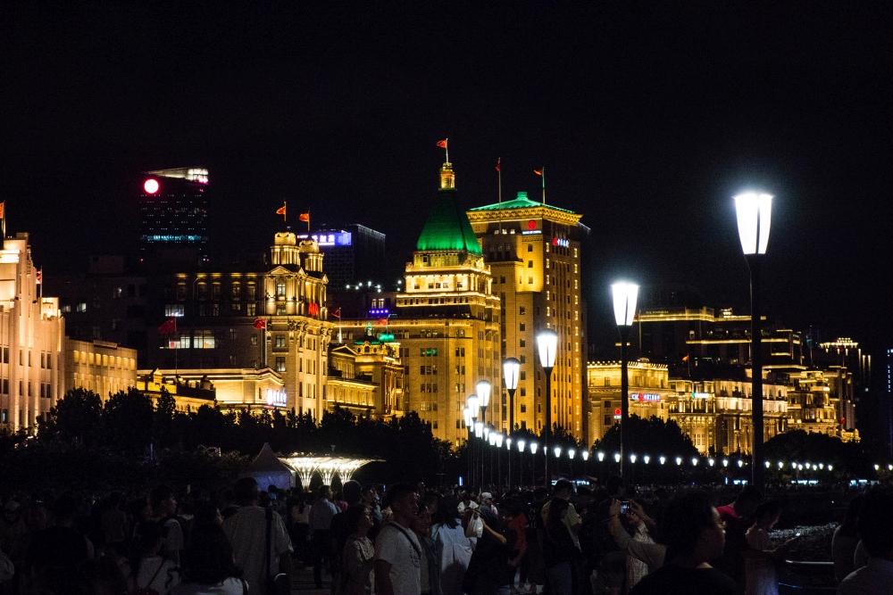 der Bund bei Nacht in Shanghai / China