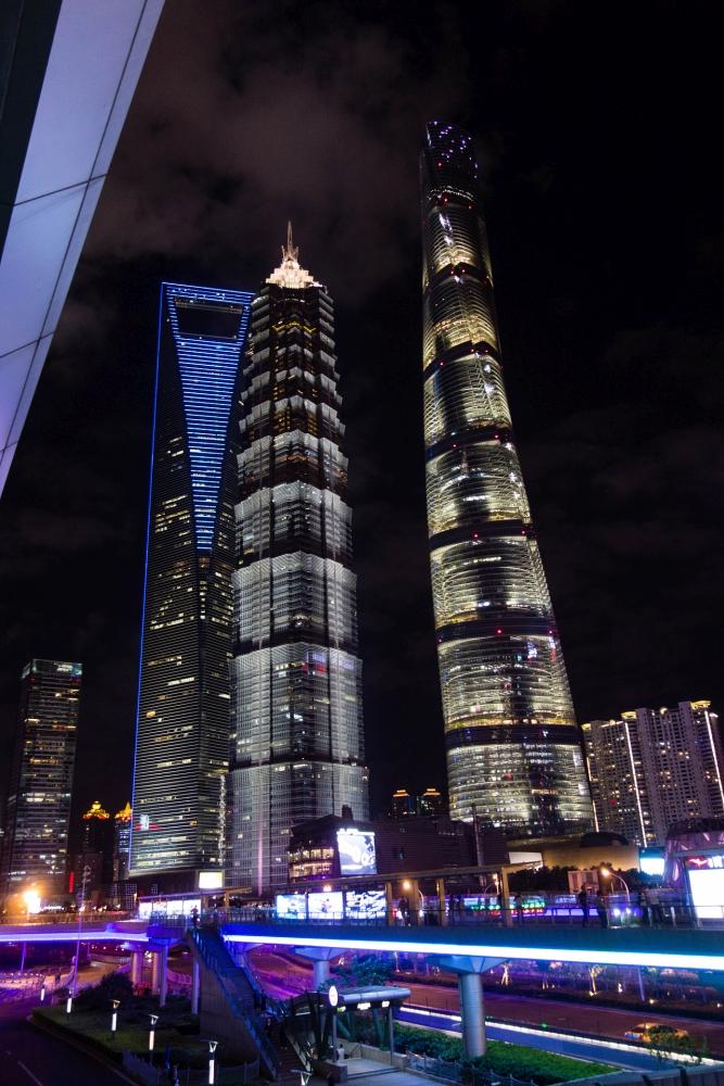 Wolkenkratzer von Pudong bei Nacht / Shanghai / China