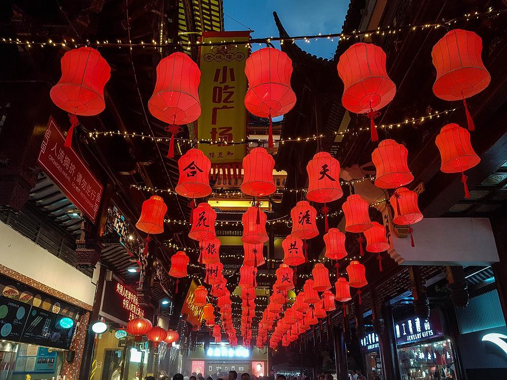 Yu Basar bei Nacht in Shanghai / China