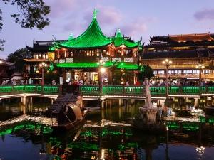 Huxinting Teahouse auf dem Yu Basars in Shanghai bei Nacht / China