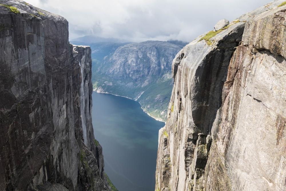 Blick vom Kjeragbolten auf den Kjeragfossen und hinunter zum Lysefjord in Norwegen