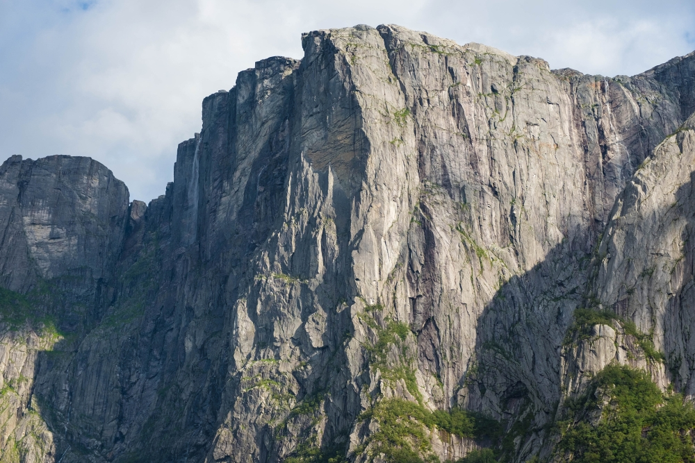 Blick vom Lysefjord hinauf zum Kjeragplateau mit dem Kjeragfossen in Norwegen
