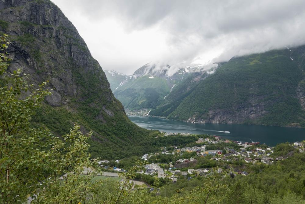 Blick über den Sørfjord zum Folgefonna Gletscher in Norwegen