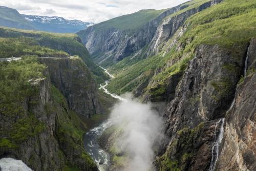 Blick über das Måbødalen und die aufwirbelnde Gischt des Vøringsfoss zwischen den Felsflanken des Hardangerfjells in Norwegen - von der Aussichtsplattform des Fossli Hotels gesehen / Copyright by doros-reiseblog.de