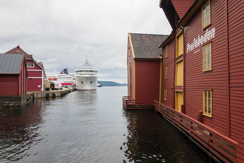 Hurtigruten-Schiff im Hafen von Bergen in Norwegen