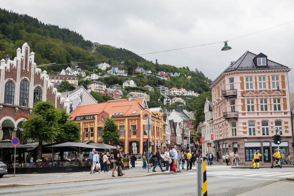 am Torget mit Blick auf die Bergstation auf dem Fløyen in Bergen in Norwegen