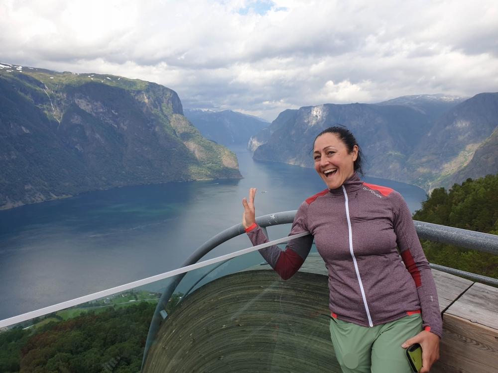Stegasteinen über dem Aurlandsfjord in Norwegen