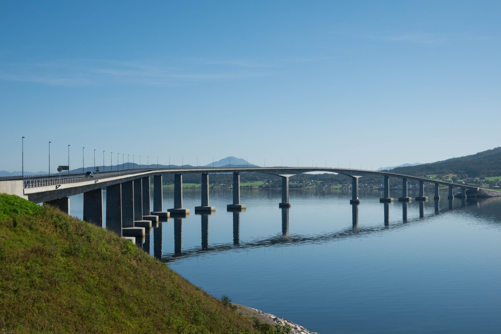 Brücke im Fjordland in Norwegen
