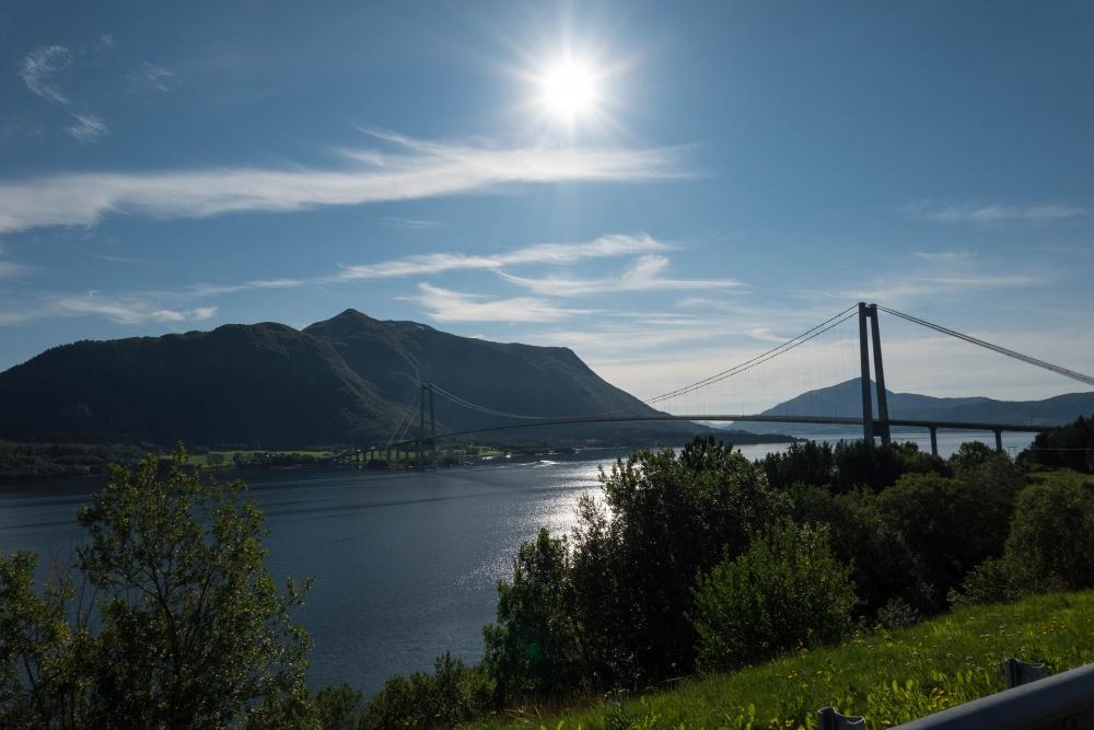 Brücke über einen Fjord auf dem Weg nach Trondelag in Norwegen