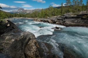 Lønselva im Saltdalen und im Hintergrund die Berge des Junkerdalen Nationalparks in Nord-Norge in Norwegen