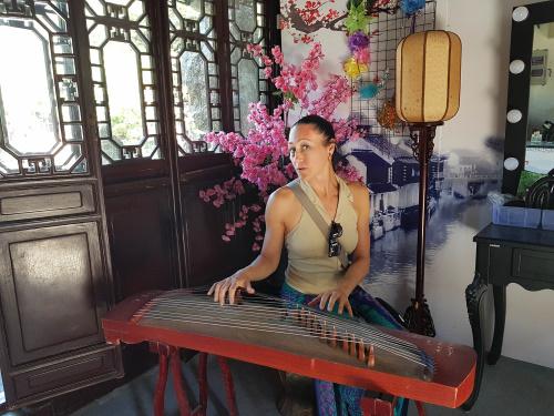 Harfenspiel in Gärten von Suzhou