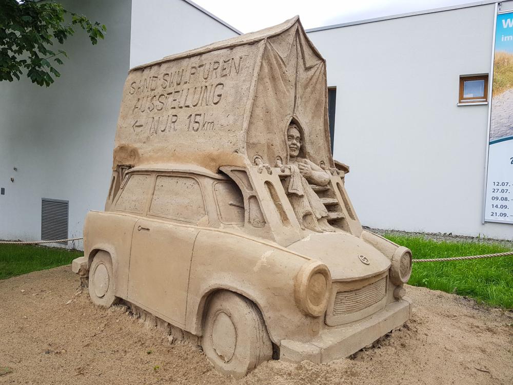 Sandskulptur Trabi mit Dachzelt