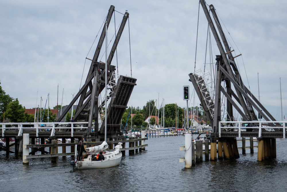 urige Klappbrücke in Wieck über den Ryck