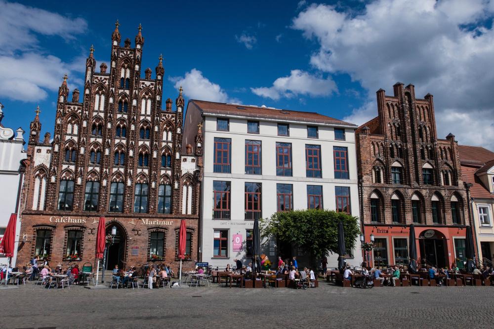 gotische Backsteinkunst am Marktplatz von Greifswald