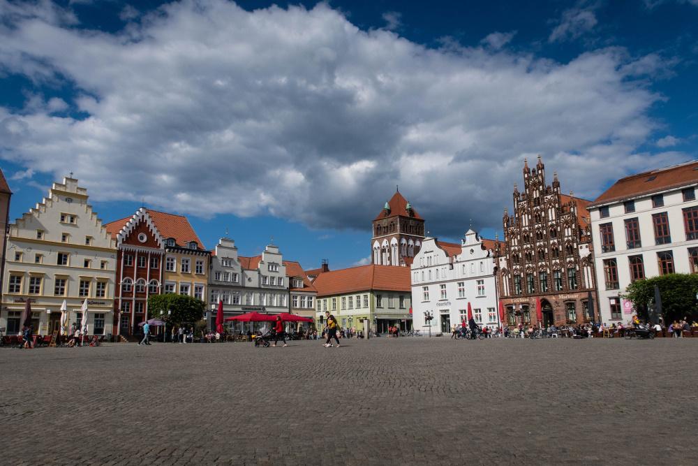 Ensemble bunter Giebelhäuser am Marktplatz von Greifswald
