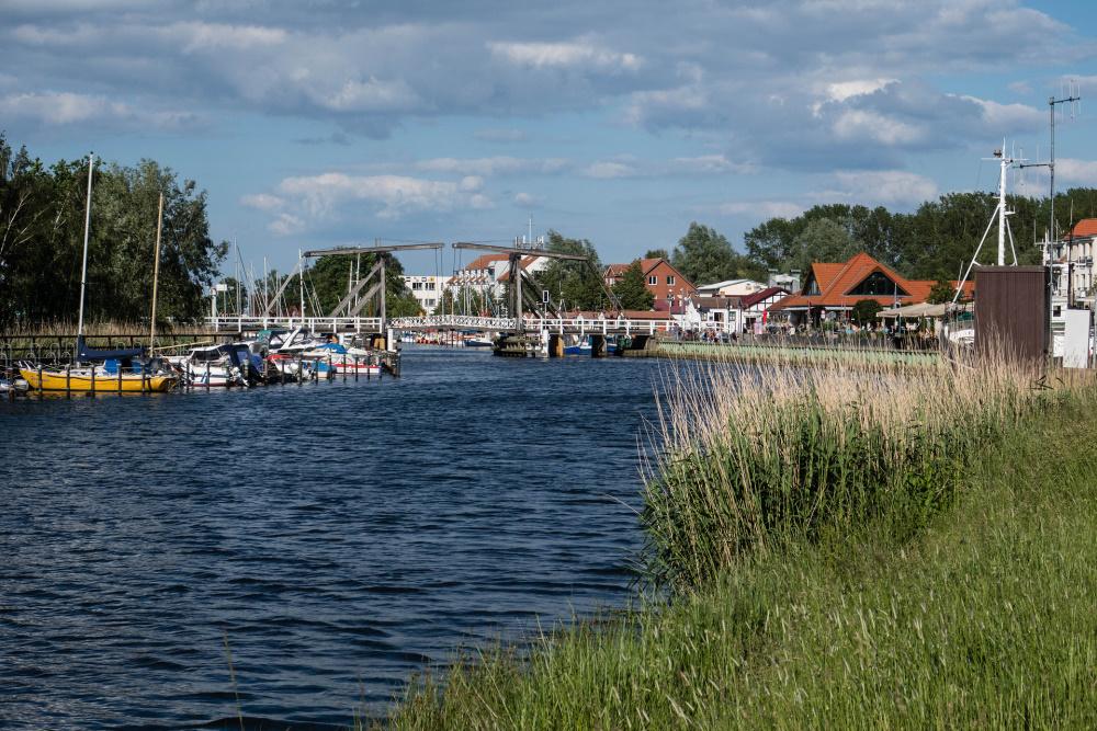 Blick zum Hafen und dem Örtchen Wieck
