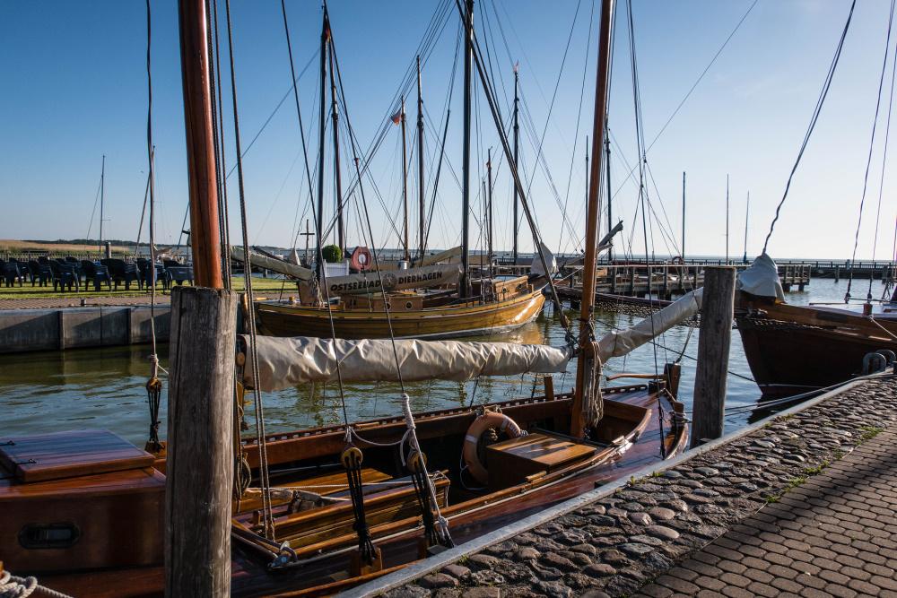 Zeesenboote im Dierhagener Hafen auf Fischland