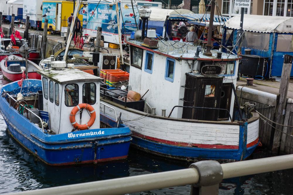 bunte Fischkutter im Warnemünder Hafen
