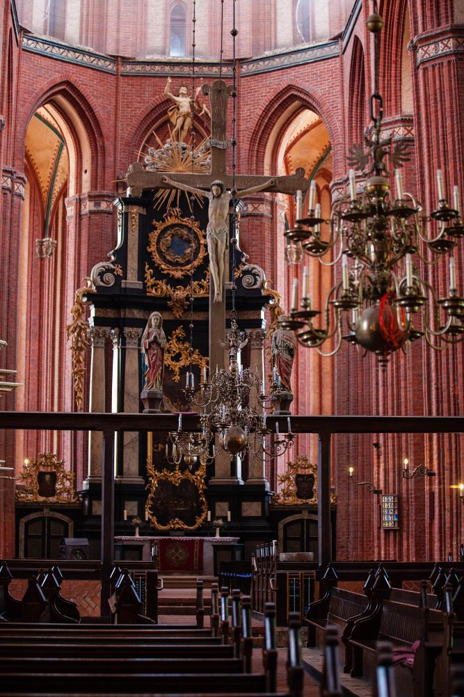 Triumpfkreuz und barocker Hauptaltar der Nikolaikirche in Wismar