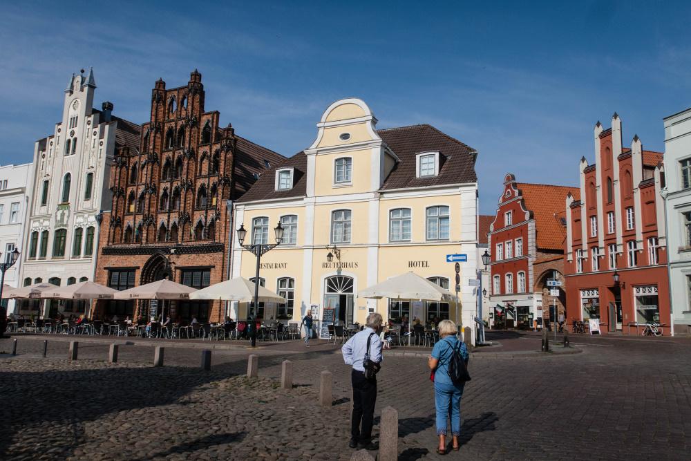 historische Giebelhäuser auf dem Marktplatz in Wismar
