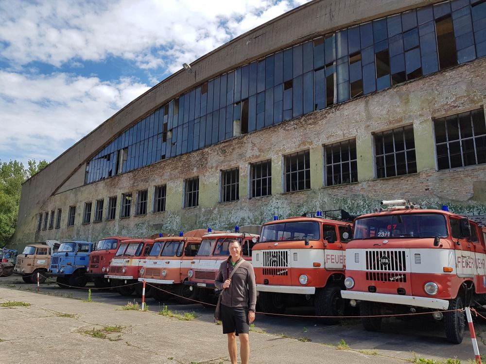 Flo vor einem der Hangars im Technikmuseum Pütnitz