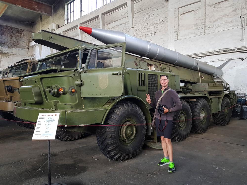 Flo vor einem Raketenwerfer im Technikmuseum Pütnitz