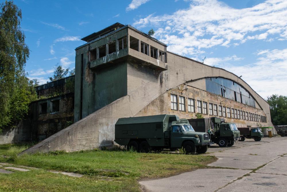Russen-LKWs vor einem Hangar im Technikmuseum Pütnitz