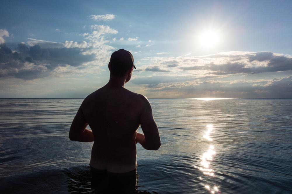 nackt dem Sonnenuntergang entgegen am Darßer Weststrand