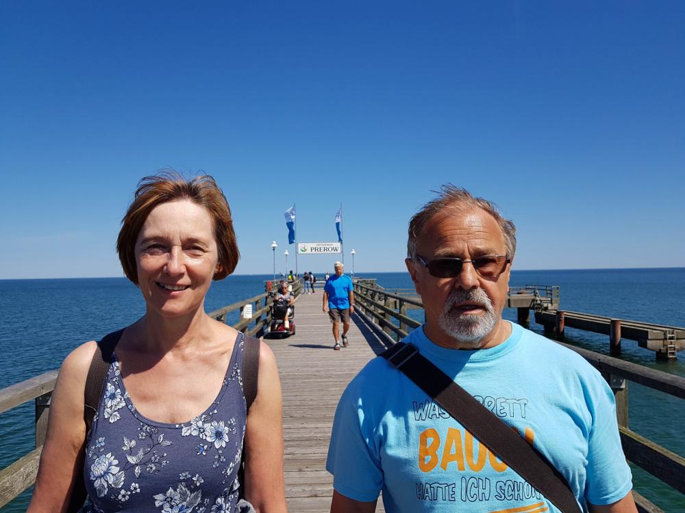 meine Eltern auf der Seebrücke in Prerow / Darß