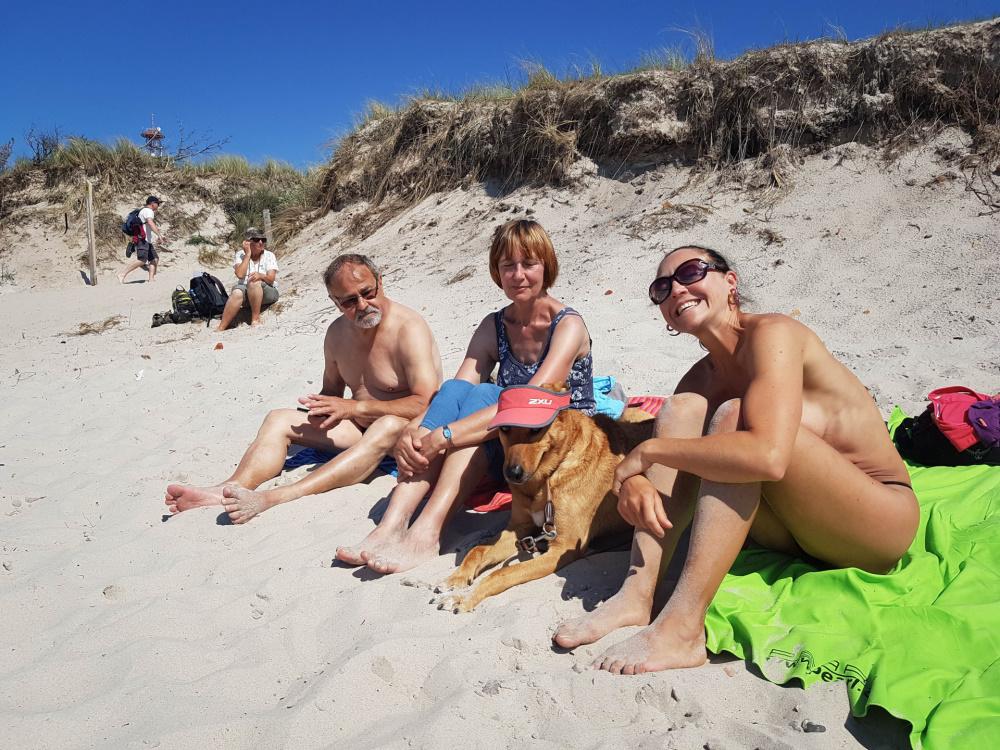 Famile D. gemeinsam am Strand des Darßer Orts